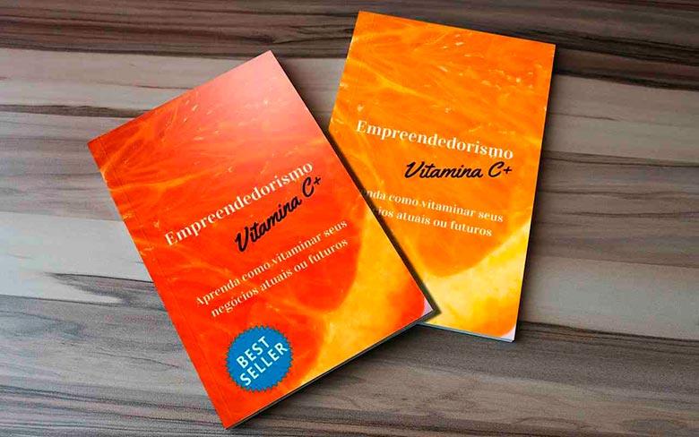 Dois livros sobre empreendedorismo em cima de uma superfície de madeira