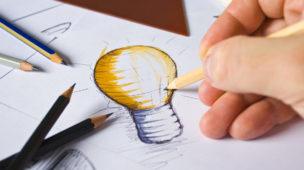Desenho à lápis no papel, no centro o desenho de uma lâmpada