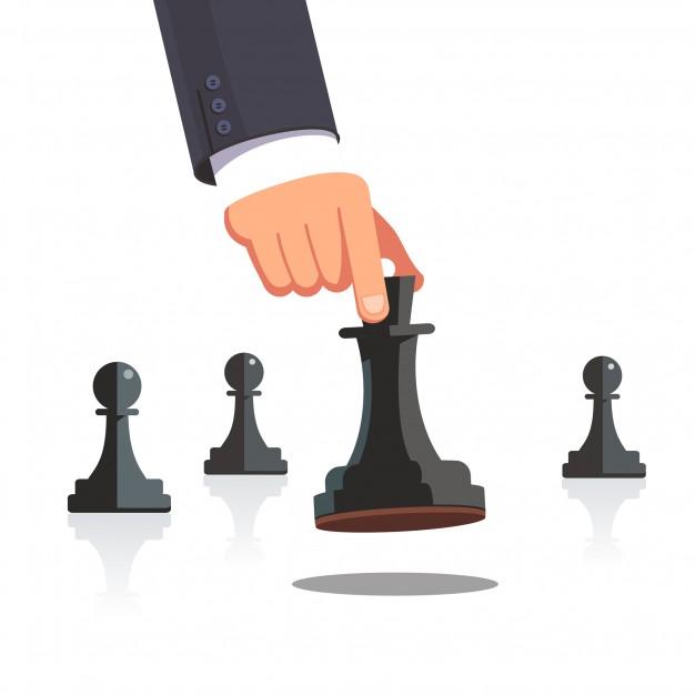uma mão movimentando 1 pino de um tabuleiro de xadrez