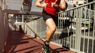 homem correndo com roupa de ginástica na rua