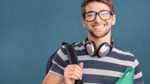 jovem com camiseta listrada, com uma mochila no ombro e uma pasta de documentos sob o braço
