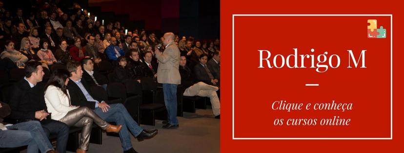 Cartão com chamada de clique para acesso aos cursos online de Rodrigo Miranda e foto de palestra de empreendedorismo